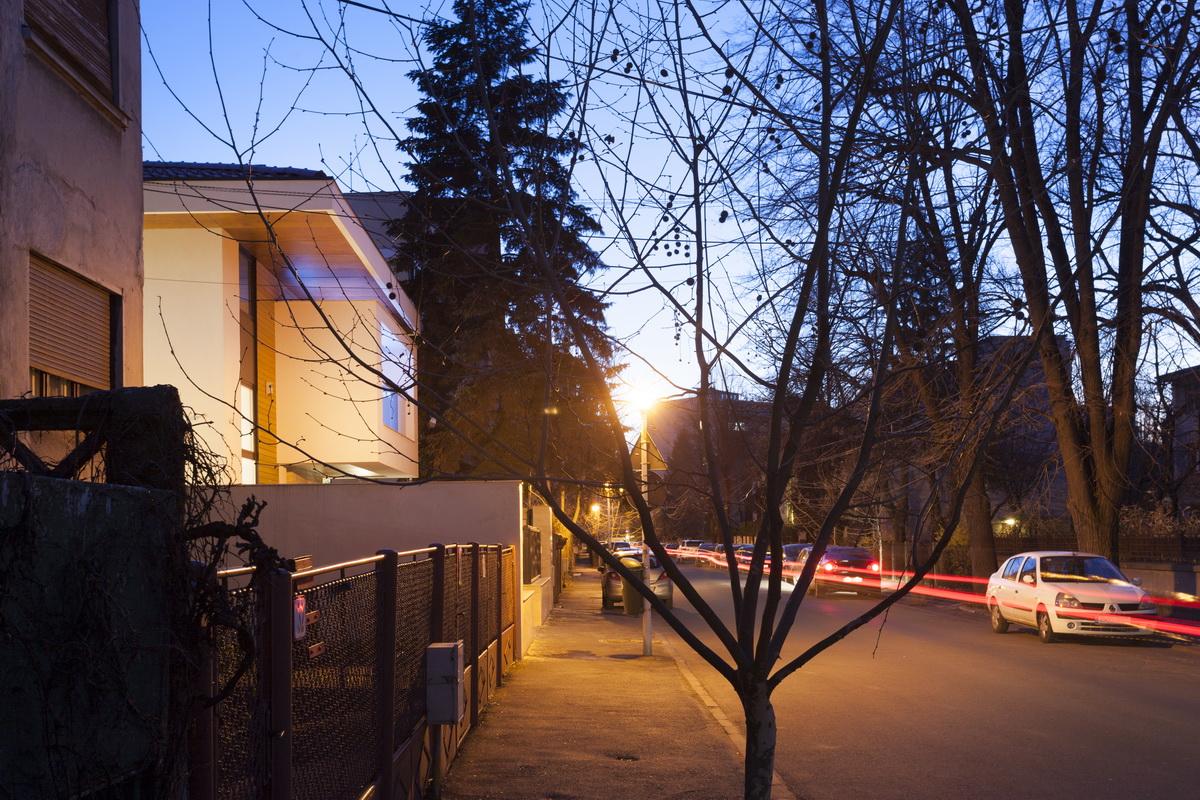 https://nbc-arhitect.ro/wp-content/uploads/2020/10/NBC-ARHITECT-_-housing-_-Sandu-Aldea-House-Villa-_-exterior-view-_-street-view_2.jpg