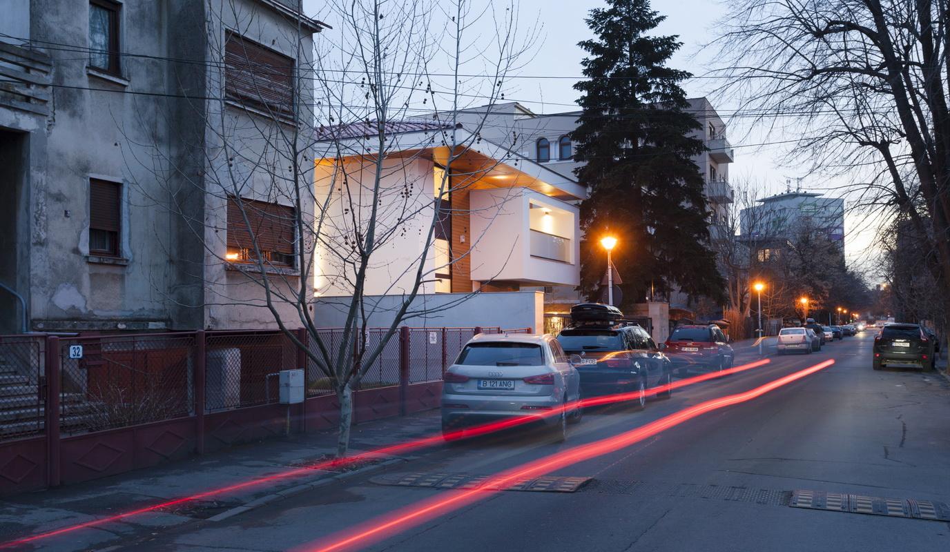 https://nbc-arhitect.ro/wp-content/uploads/2020/10/NBC-ARHITECT-_-housing-_-Sandu-Aldea-House-Villa-_-exterior-view-_-street_1.jpg