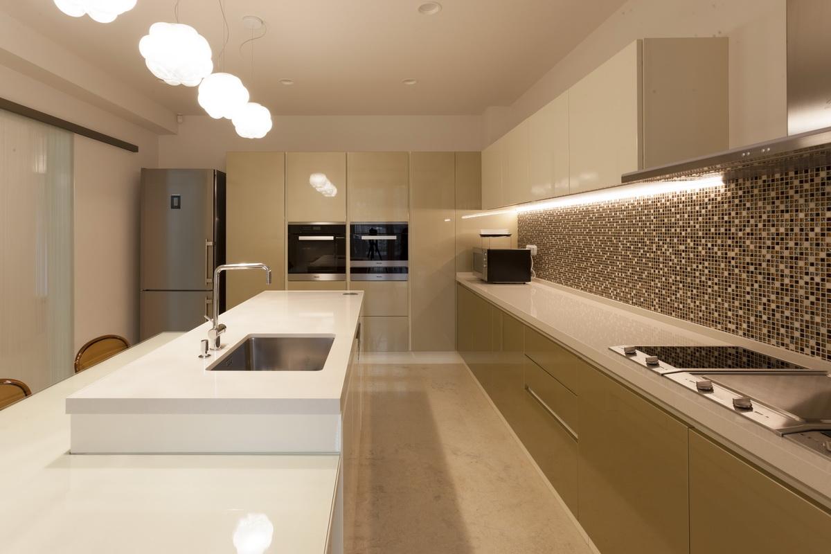 https://nbc-arhitect.ro/wp-content/uploads/2020/10/NBC-ARHITECT-_-housing-_-Sandu-Aldea-House-Villa-_-interior-view-_-kitchen_3.jpg