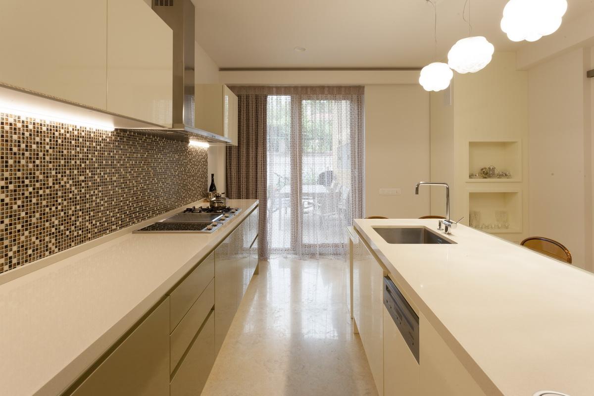 https://nbc-arhitect.ro/wp-content/uploads/2020/10/NBC-ARHITECT-_-housing-_-Sandu-Aldea-House-Villa-_-interior-view-_-kitchen_4.jpg