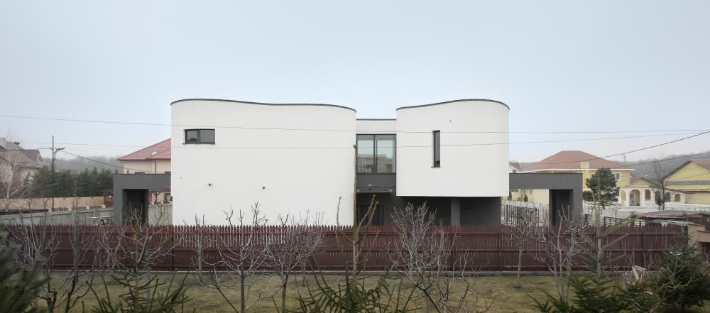 https://nbc-arhitect.ro/wp-content/uploads/2020/10/NBC-Arhitect-_-residences-_-Serban-House-Villa-_-Romania-_-exterior-view_16.jpg