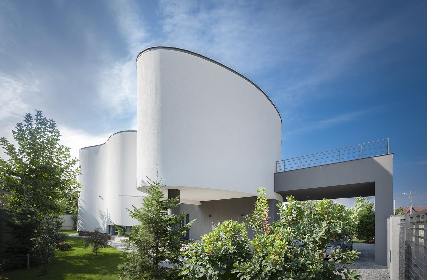 https://nbc-arhitect.ro/wp-content/uploads/2020/10/NBC-Arhitect-_-residences-_-Serban-House-Villa-_-Romania-_-exterior-view_19.jpg
