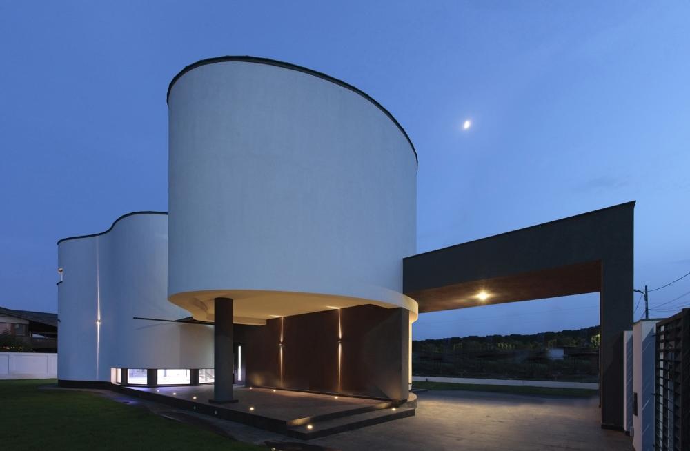 https://nbc-arhitect.ro/wp-content/uploads/2020/10/NBC-Arhitect-_-residences-_-Serban-House-Villa-_-Romania-_-exterior-view_21.jpg