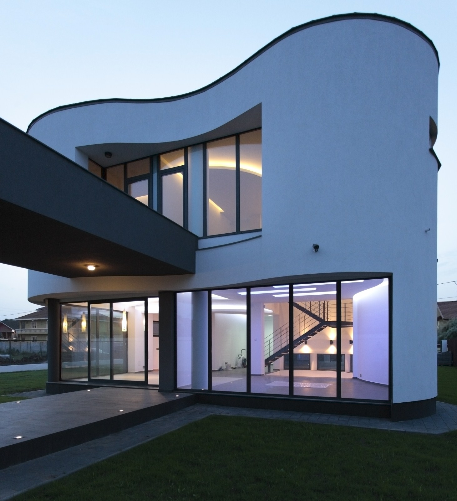 https://nbc-arhitect.ro/wp-content/uploads/2020/10/NBC-Arhitect-_-residences-_-Serban-House-Villa-_-Romania-_-exterior_view_7.jpg