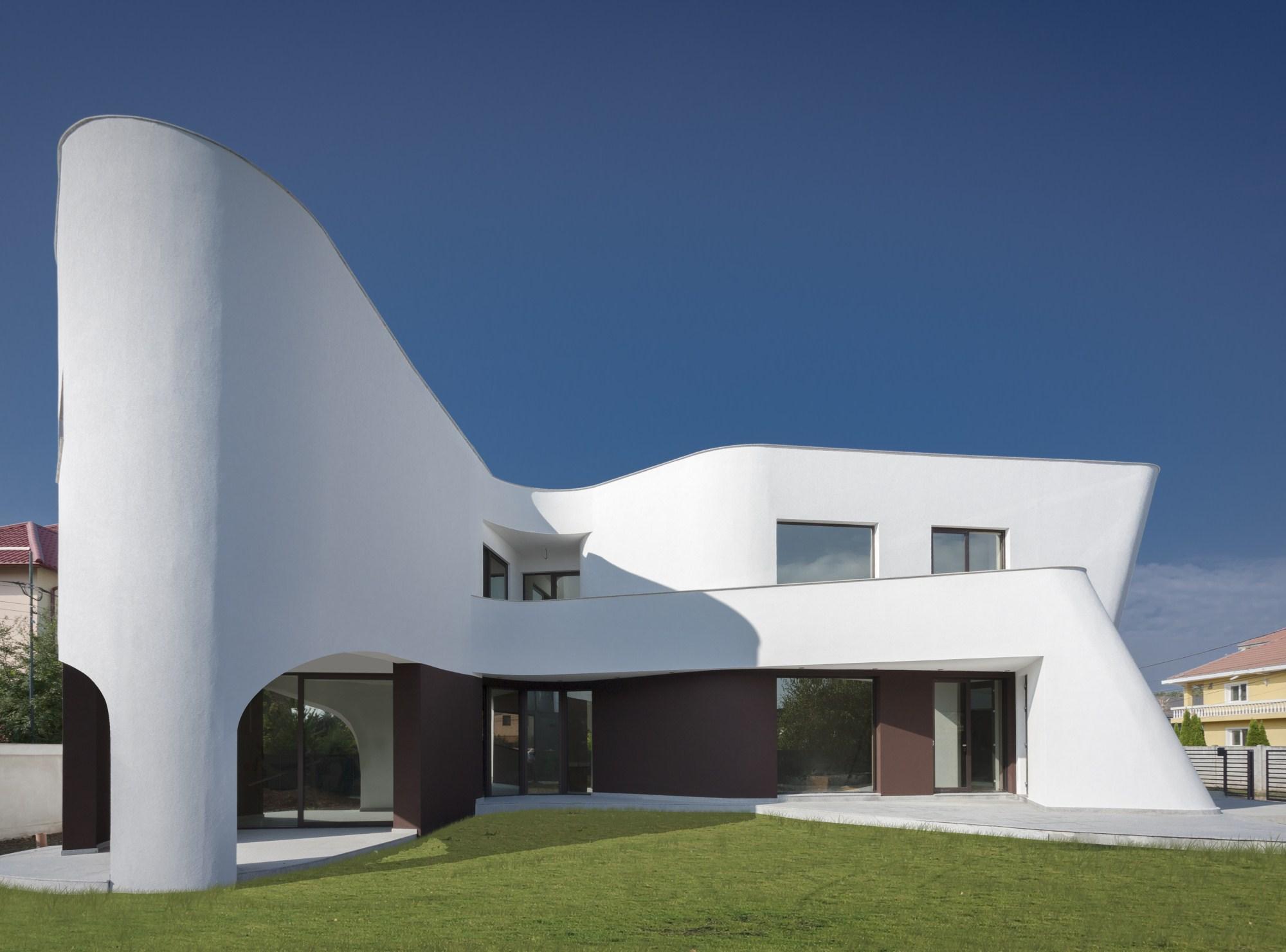 https://nbc-arhitect.ro/wp-content/uploads/2020/10/NBC-Arhitect-_-residences-_-Wing-House-_-Romania-_-exterior-view-_-master-photo_1.jpg