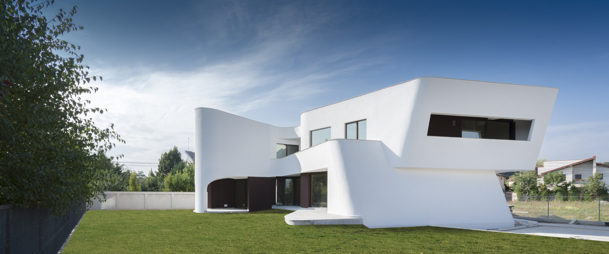 https://nbc-arhitect.ro/wp-content/uploads/2020/10/NBC-Arhitect-_-residences-_-Wing-House-_-Romania-_-exterior-view_4.jpg