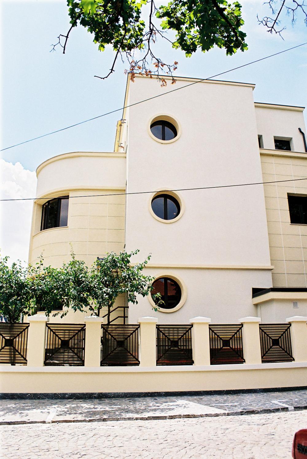 https://nbc-arhitect.ro/wp-content/uploads/2020/10/NBC-Arhitect-_-restorations-_-Pangrati-House-_-Romania_master-photo.jpg
