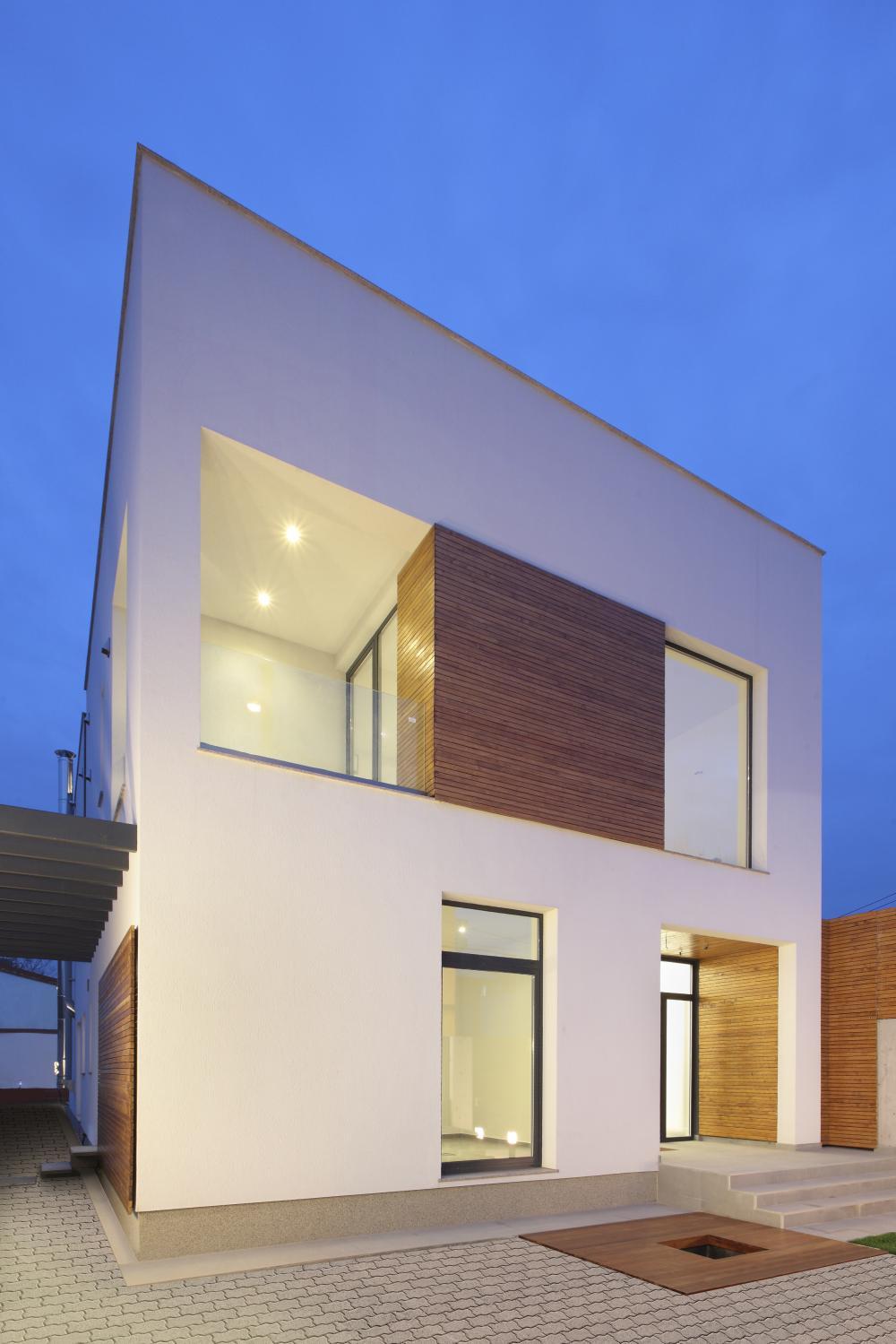 https://nbc-arhitect.ro/wp-content/uploads/2020/11/NBC-ARHITECT-_-residential-_-Mibe-House-_-exterior-view_master-photo.jpg