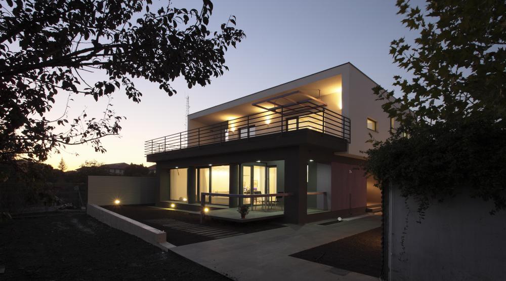 https://nbc-arhitect.ro/wp-content/uploads/2020/11/NBC-Arhitect-_-residences-_-Magenta-House-_-exterior-view_11.jpg